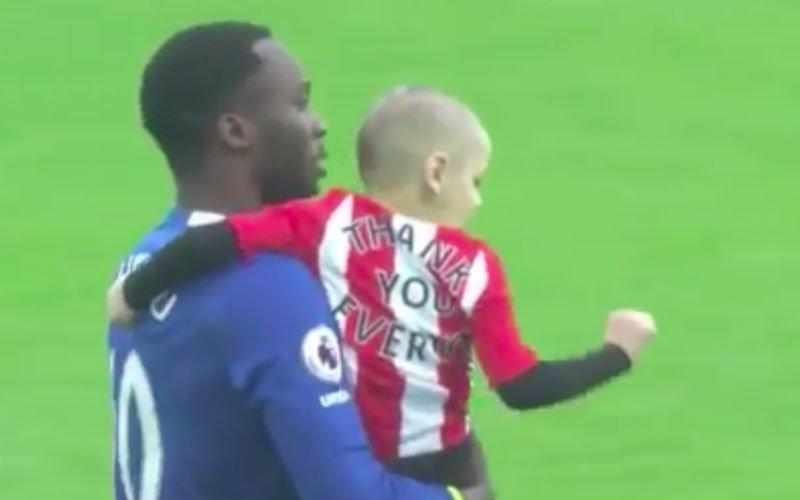 Prachtig! Lukaku gaat met vijfjarig jongetje dat kanker heeft het veld rond (Video)