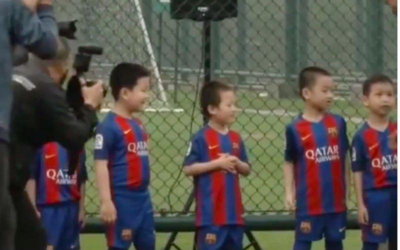 Hilarisch! Chinees jongetje staat oog in oog met Ronaldinho en doet dan dit (Video)