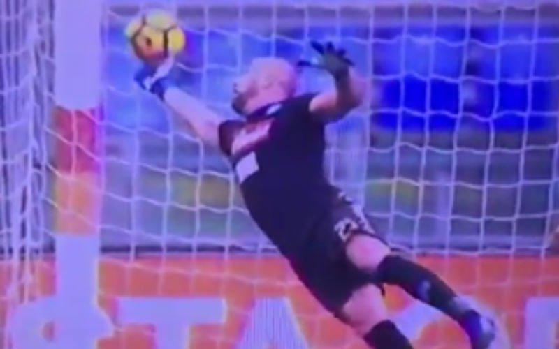 Dit is de redding van het seizoen! Wat een formidabele save van Reina (Video)