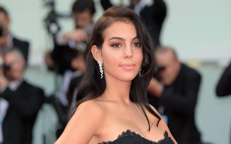 Georgina Rodriguez, WAG van Ronaldo, gaat uit de kleren