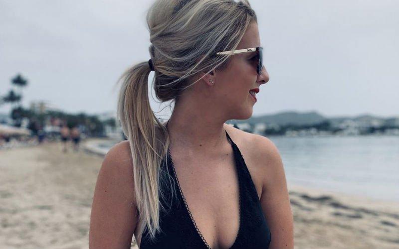 Laura uit Blind Getrouwd poseert in Standard-shirt én pikante lingerie