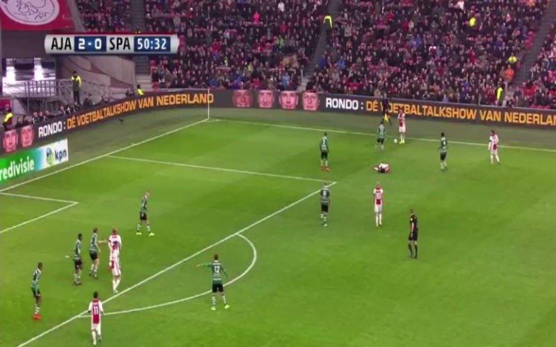 Zijn ploeggenoot ligt geblesseerd op het veld, dan verrast Ajax-speler iedereen met deze actie (Video)