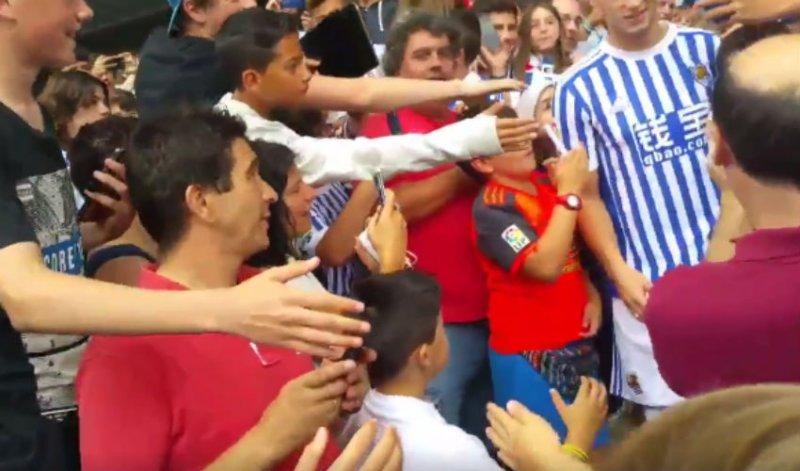 Overrompeling! Pak fans van Sociedad verwelkomen Januzaj op deze wijze (Video)