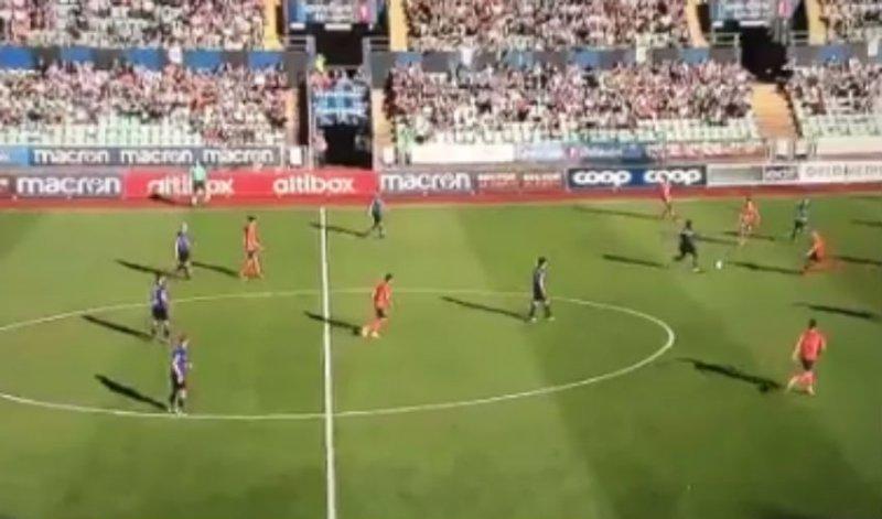 Landgenoot scoort prachtig doelpunt (Video)