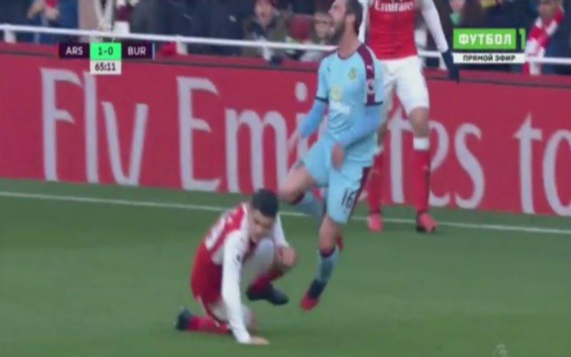 Xhaka krijgt meteen rood voor deze drieste tackle op Steven Defour (Video)